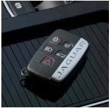 Брелок ключа F-PACE аналогичен другим моделям, кроме изображения SUV на кнопке по открытию багажного отделения